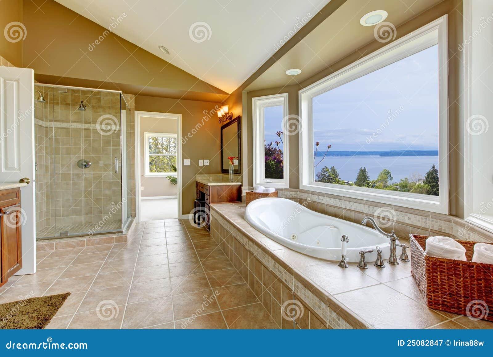 Grande vasca di bagno di lusso con la vista dell 39 acqua for Bagno padronale di lusso