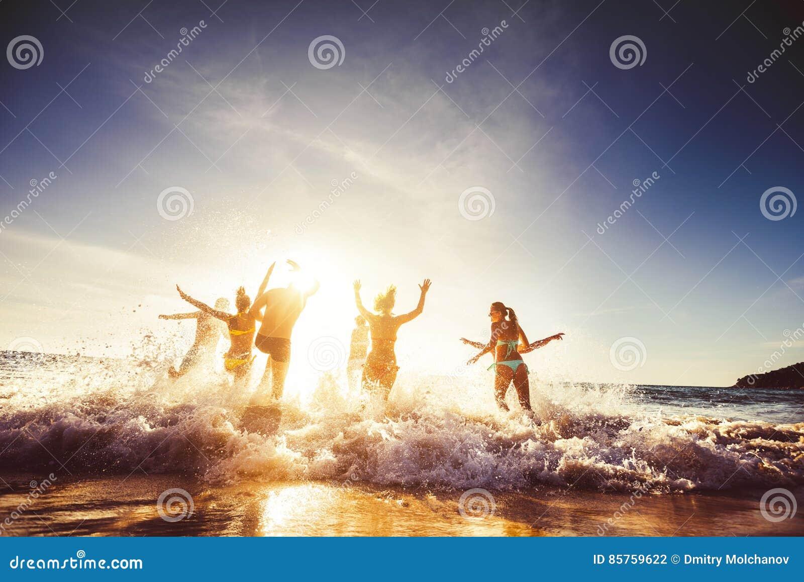Grande viaggio della spiaggia del sole degli amici del gruppo