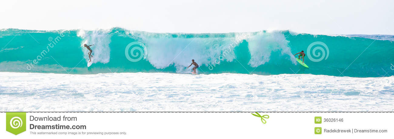 Grande Wave che pratica il surfing in Hawai