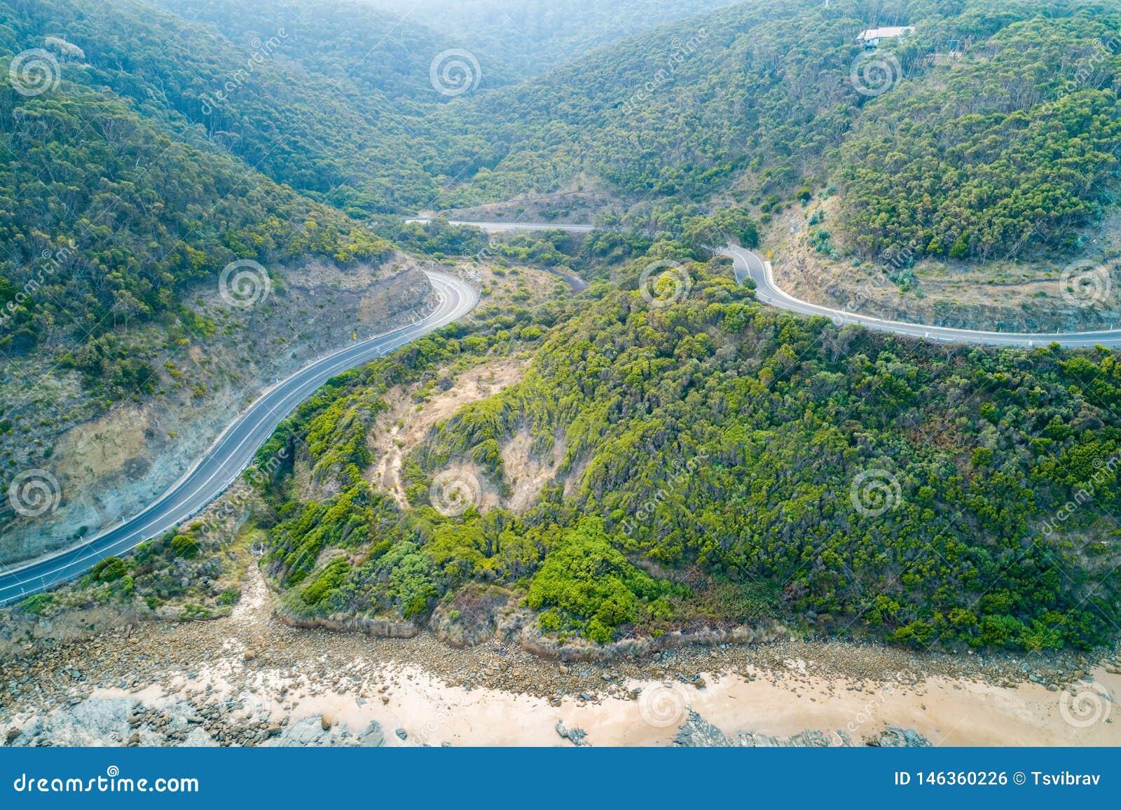 Grandes curvaturas da estrada do oceano através dos montes