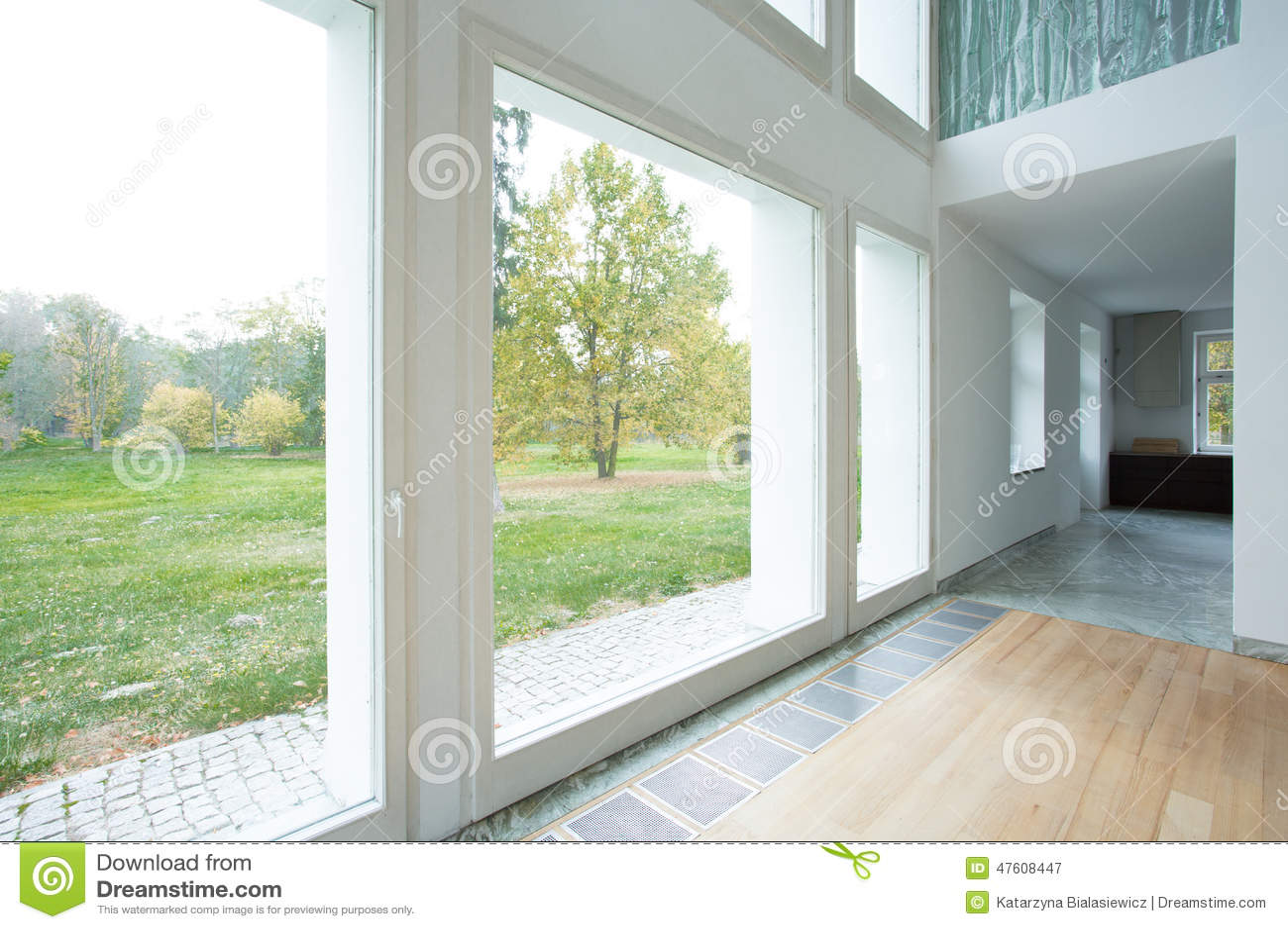 Grandes Fenêtres Dans La Maison Moderne Image stock - Image ...