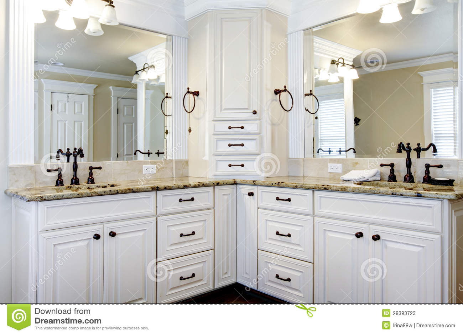 Fotos de Stock: Grandes gabinetes de banheiro mestres brancos luxuosos  #5F4B37 1300 957