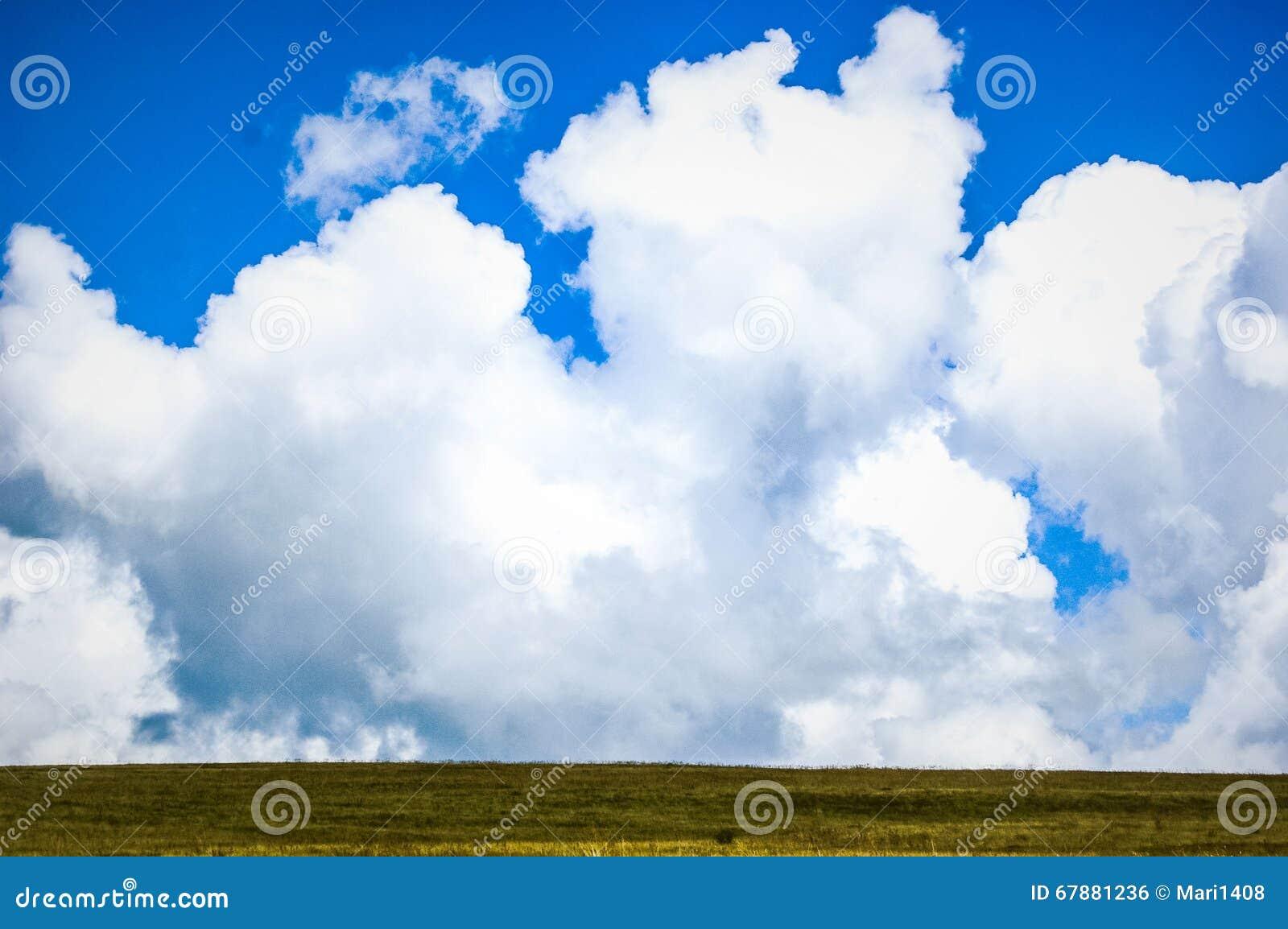 Grandes nuvens e campo