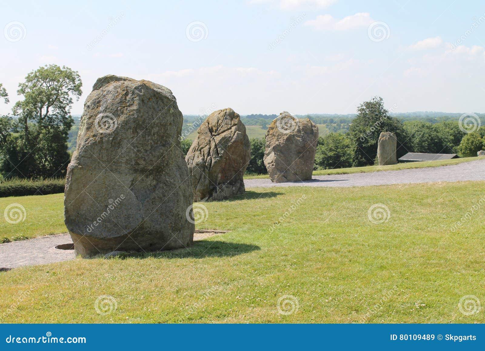 Grandes pedras pelo túmulo da passagem