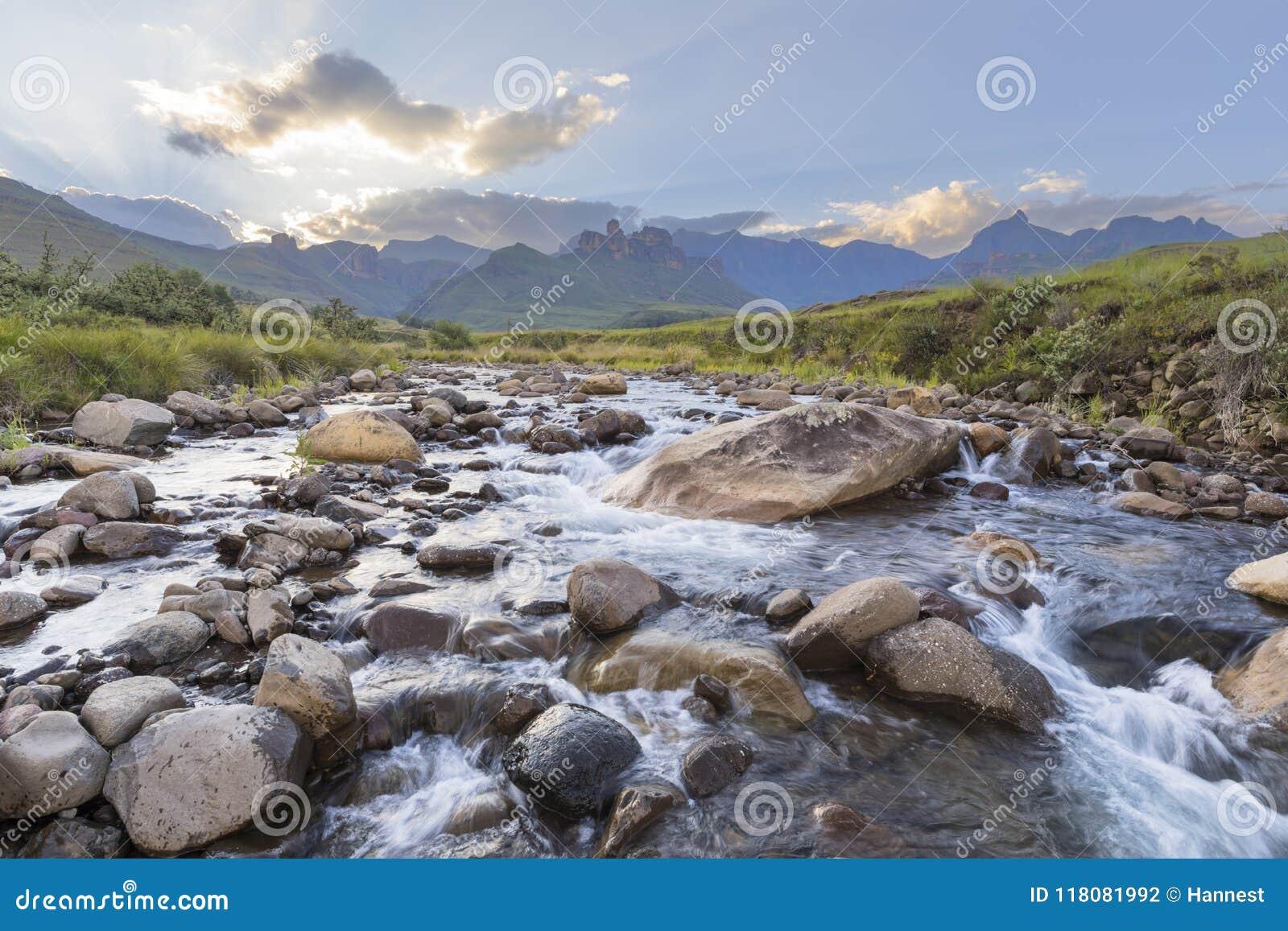 Grandes rochas no rio