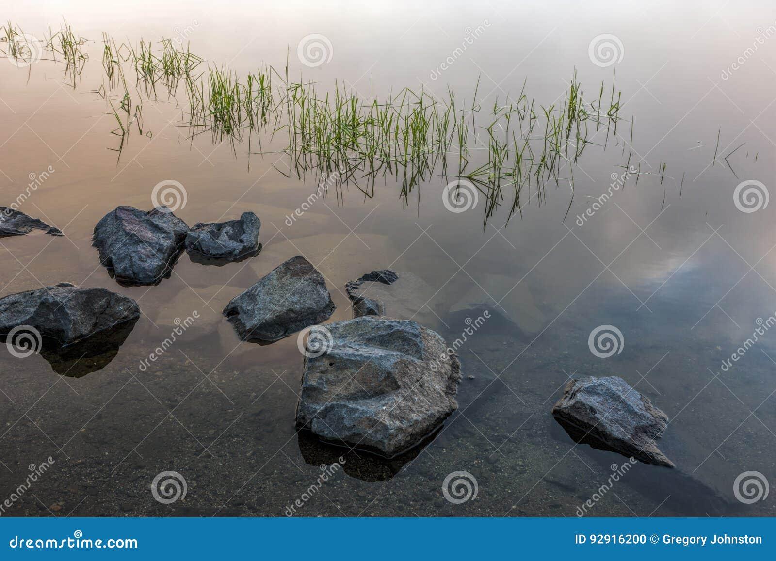 Grandes roches dans l eau immobile