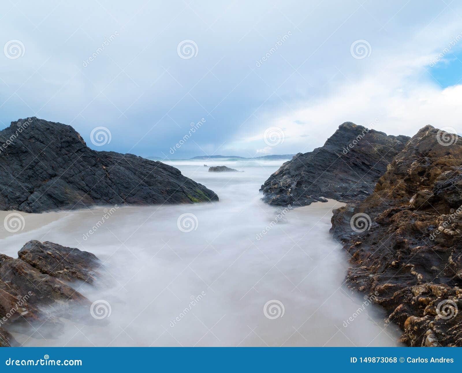 Grandes roches sur une plage espagnole