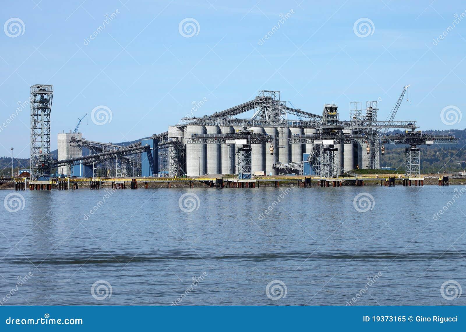 Grandes silos no estado de Longview Washington.