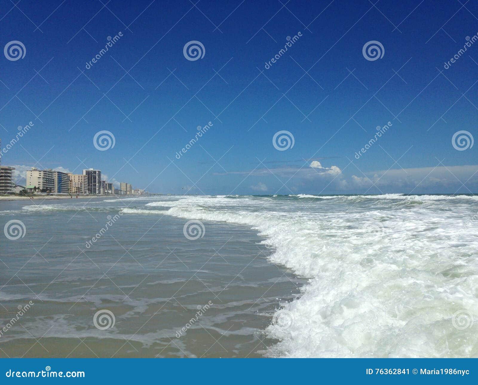 Grandes vagues avec le roulement de mousse sur Daytona Beach aux rivages de Daytona Beach, la Floride