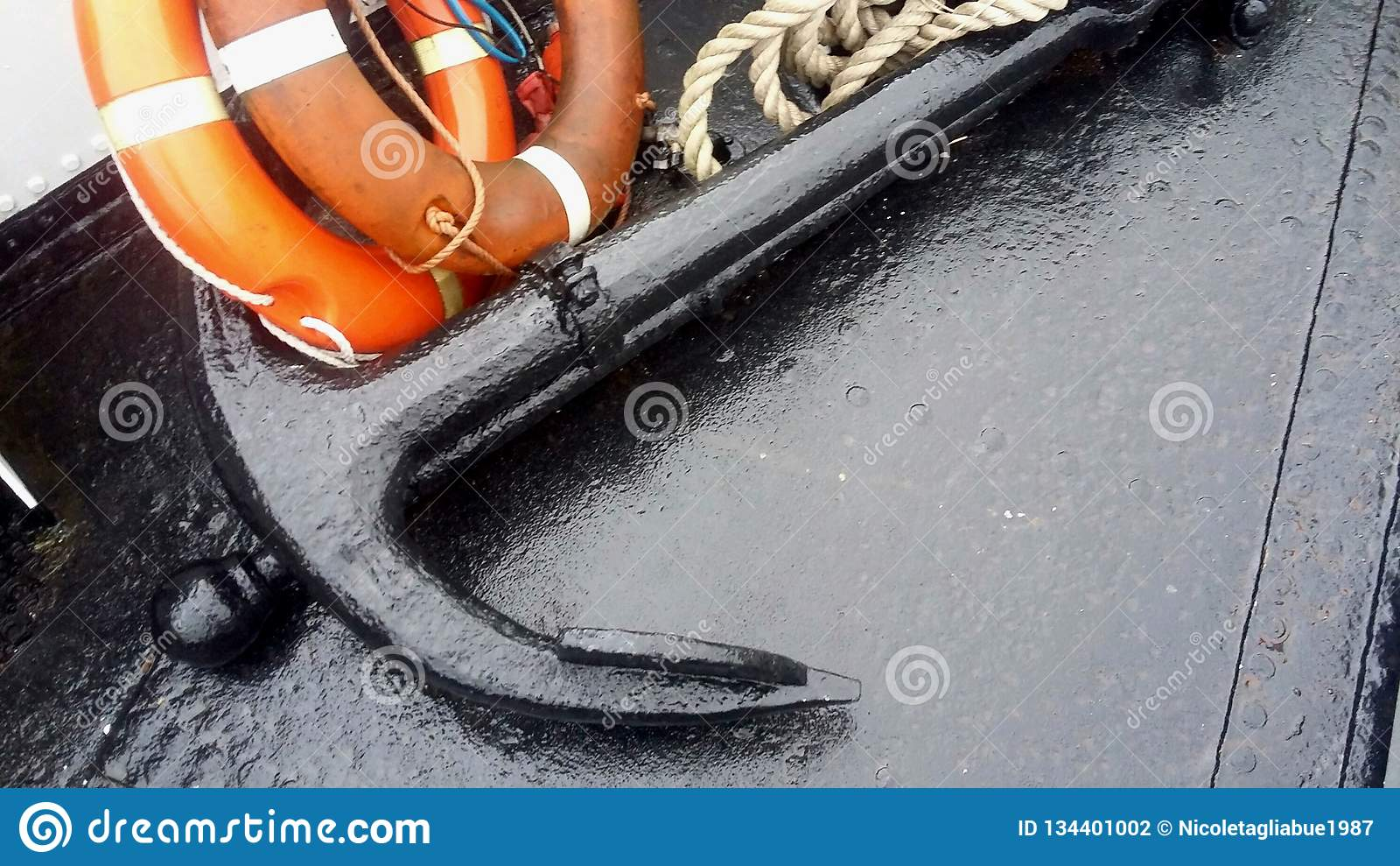 Grandi ancora del primo piano o f, salvagente e corda su una barca nella cassaforte marina del nord, allarme, lancia di salvatagg