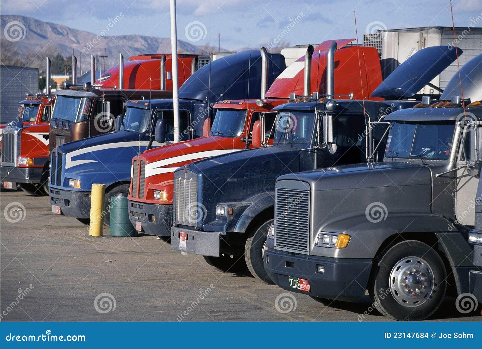 Grandi camion parcheggiati dell 39 impianto di perforazione - Foto di grandi camion ...