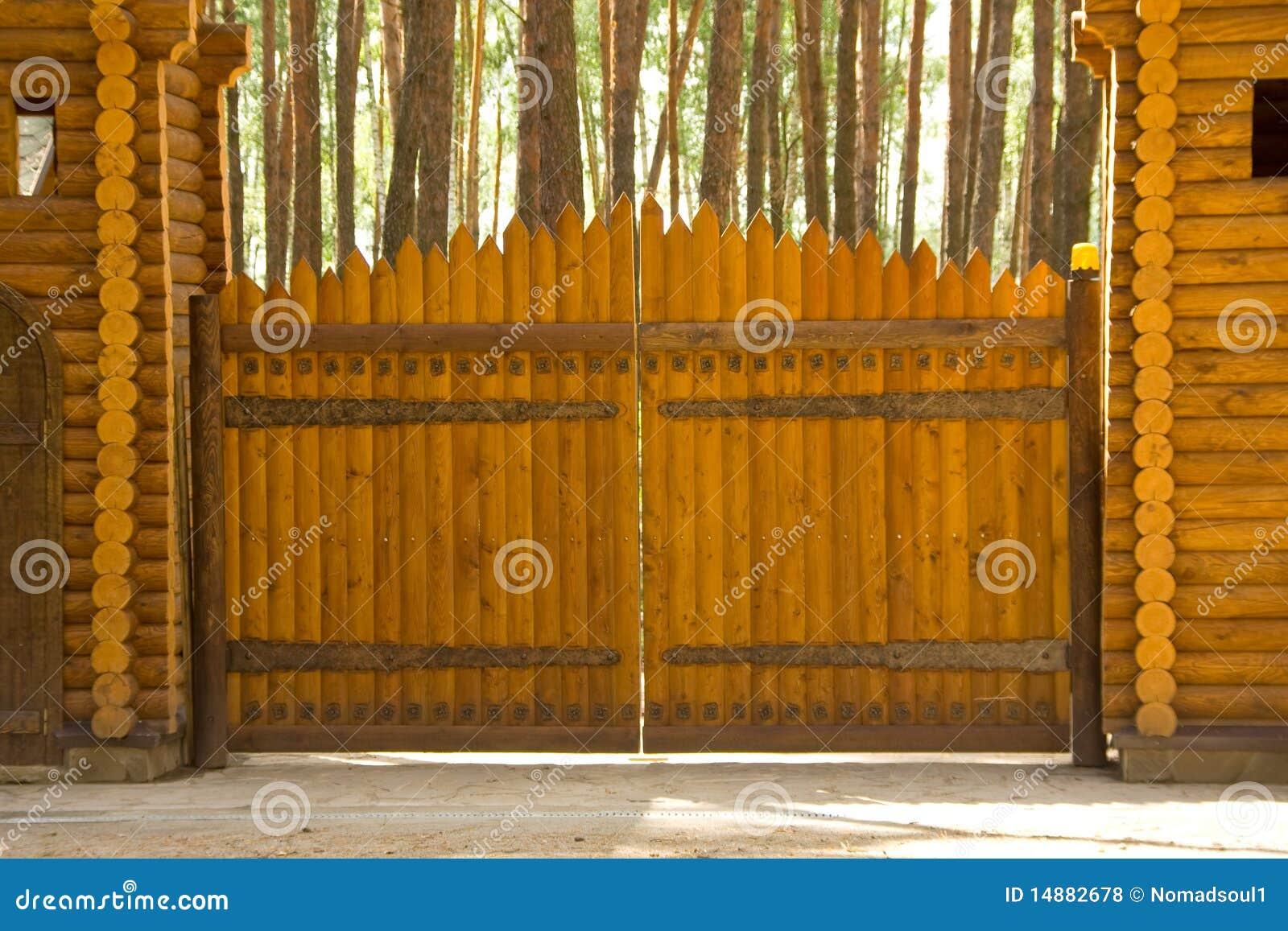 Grandi cancelli di legno fotografia stock immagine di portico 14882678 - Cancelli in legno per esterno ...