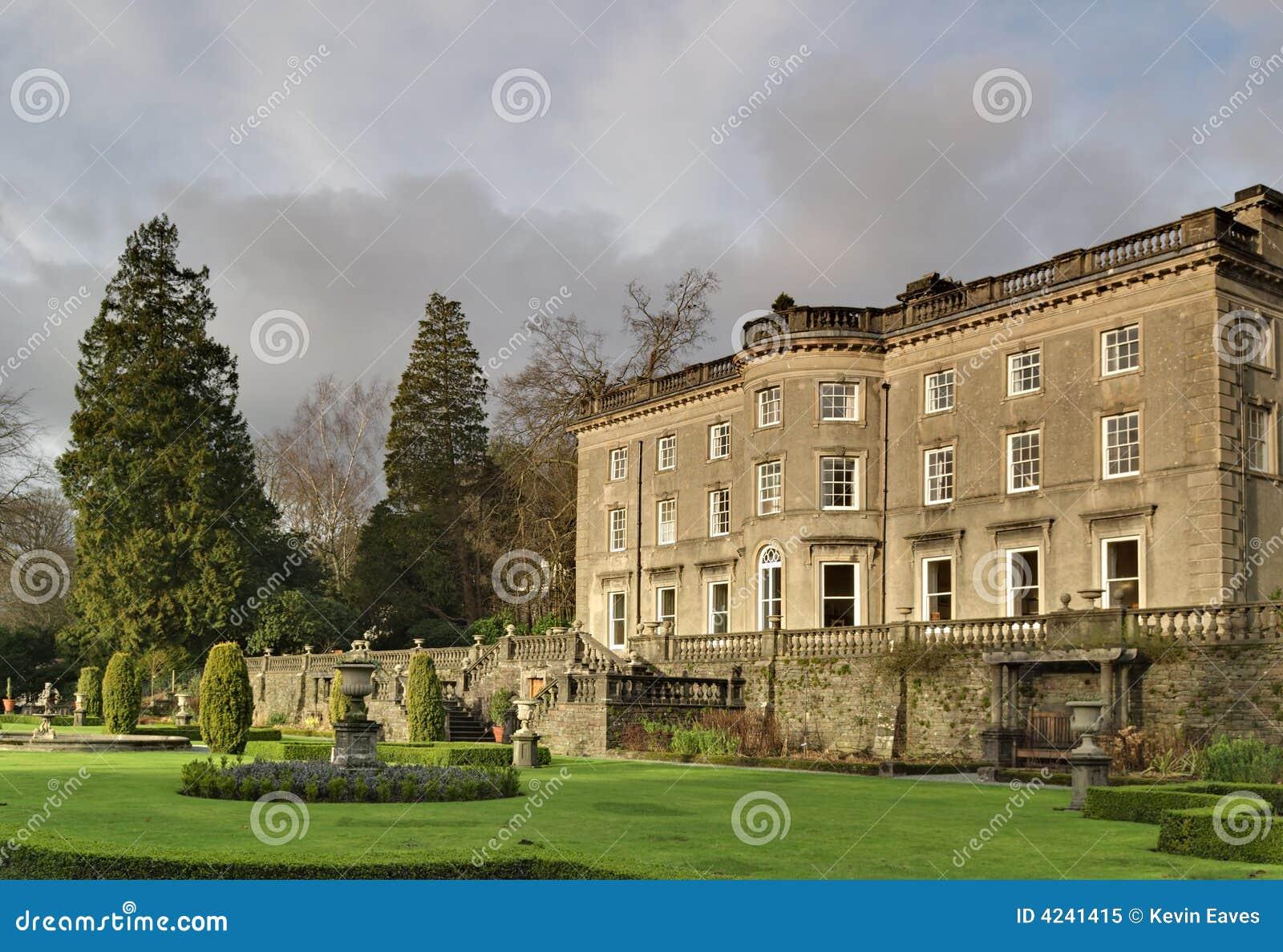 Grandi casa di campagna e giardino inglesi immagine stock for Grandi piani di casa ranch