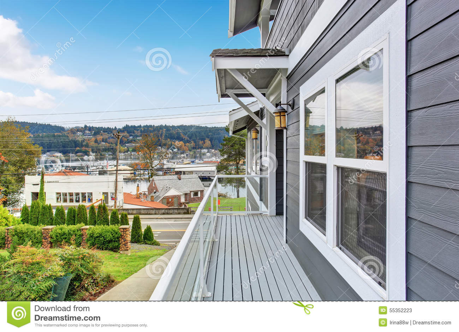Grandi casa e garage moderni grigi