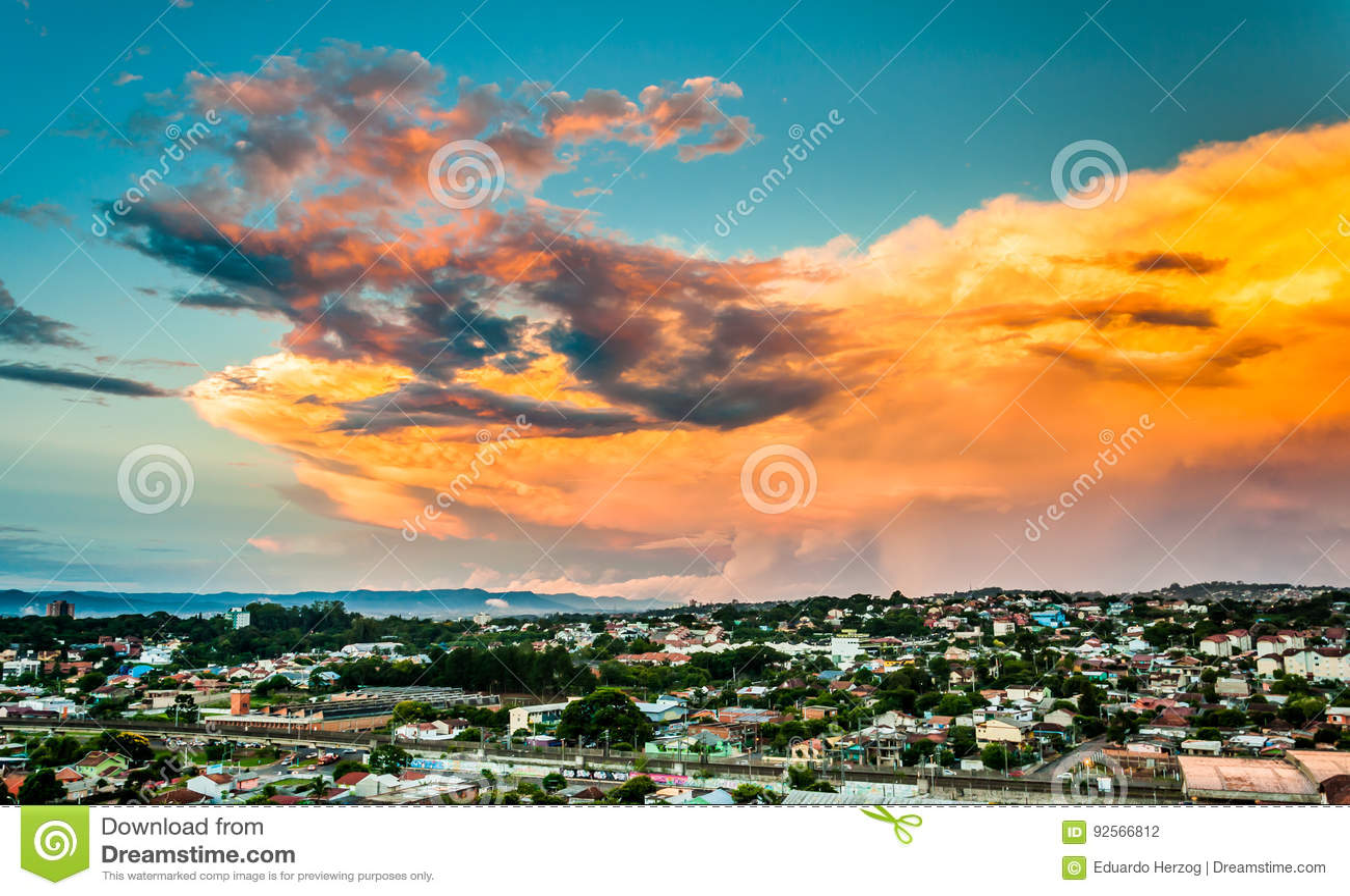 Grandi nuvole variopinte
