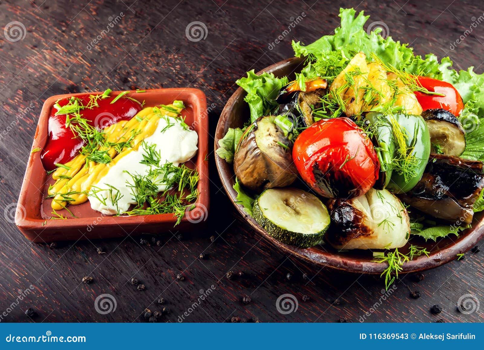 Grandi pezzi di verdure arrostite differenti, primo piano