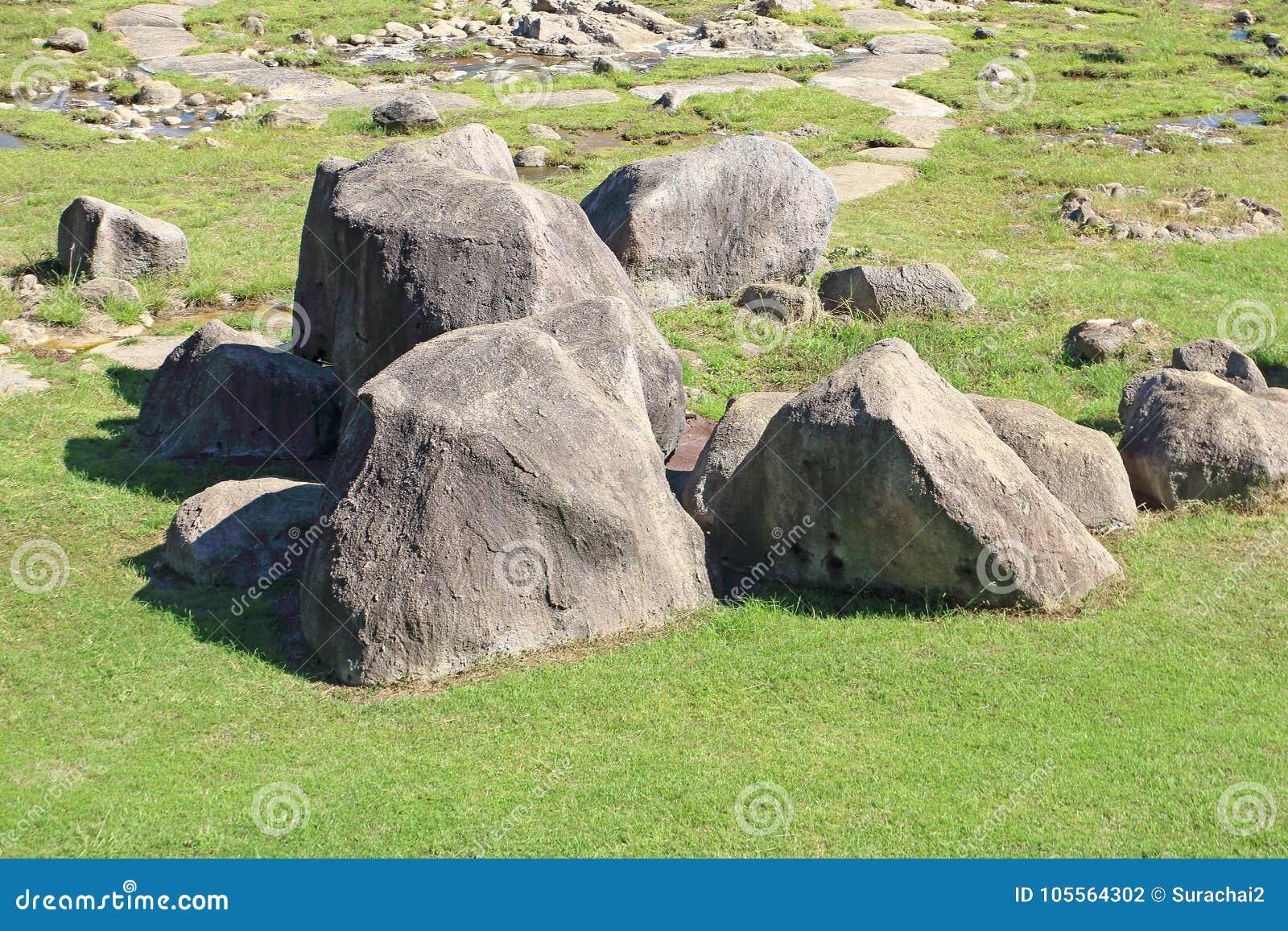 Grandi rocce nel prato inglese