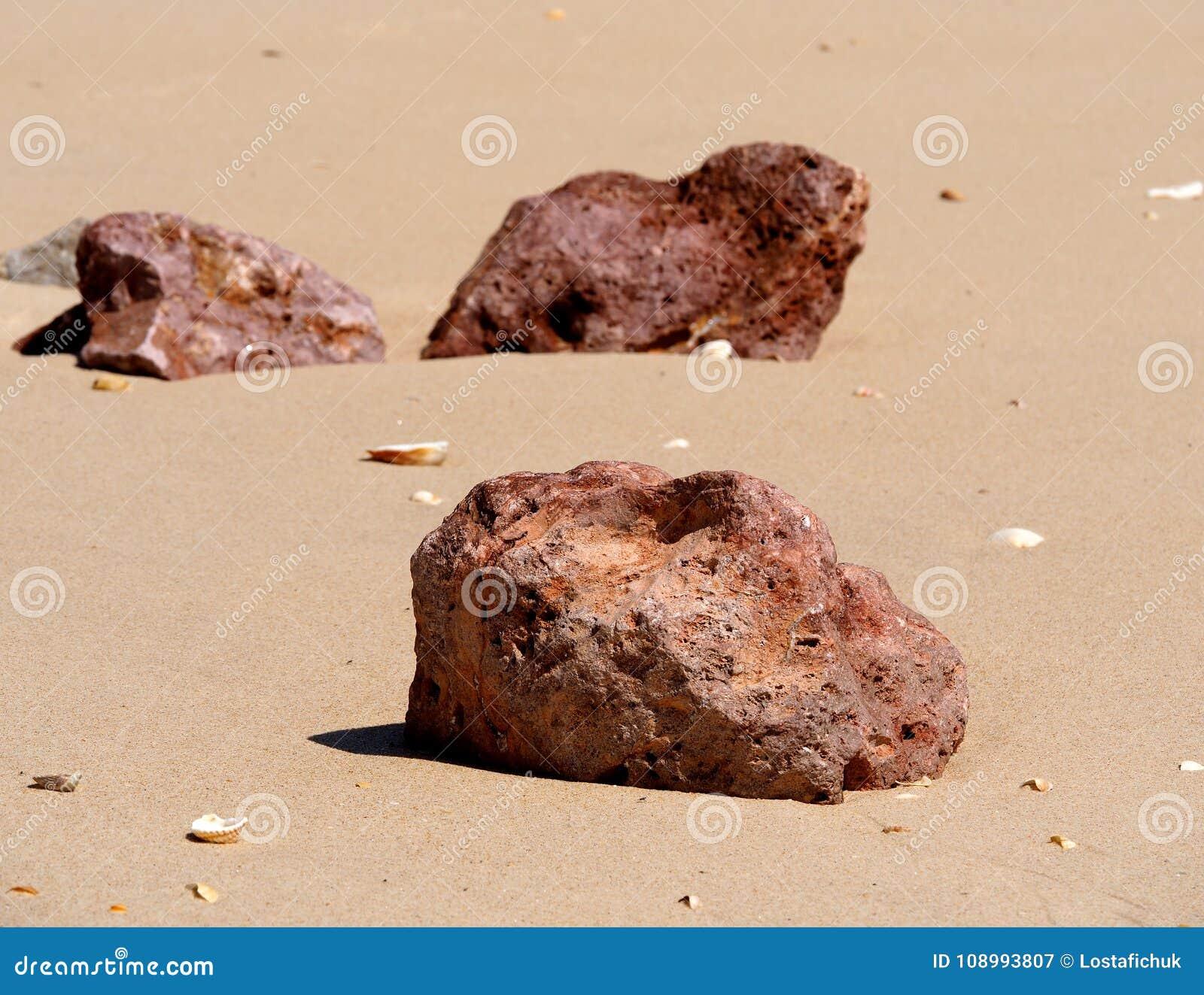 Grandi rocce sulla spiaggia su Ilha De Barreta Portogallo
