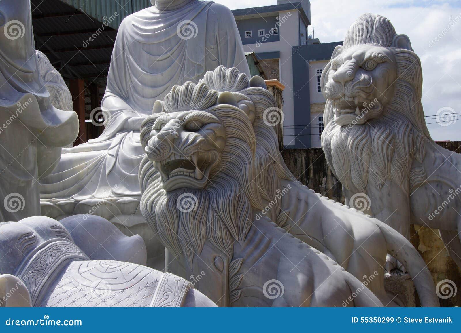 Grandi statue del leone