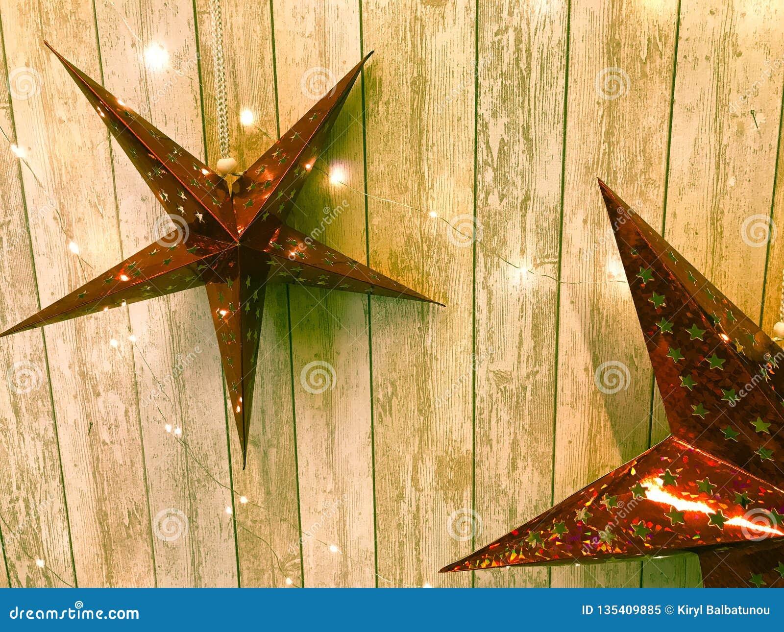 Grandi stelle rosse sveglie di festa, Natale, la decorazione del nuovo anno contro lo sfondo dei bordi verticali di legno d ardor