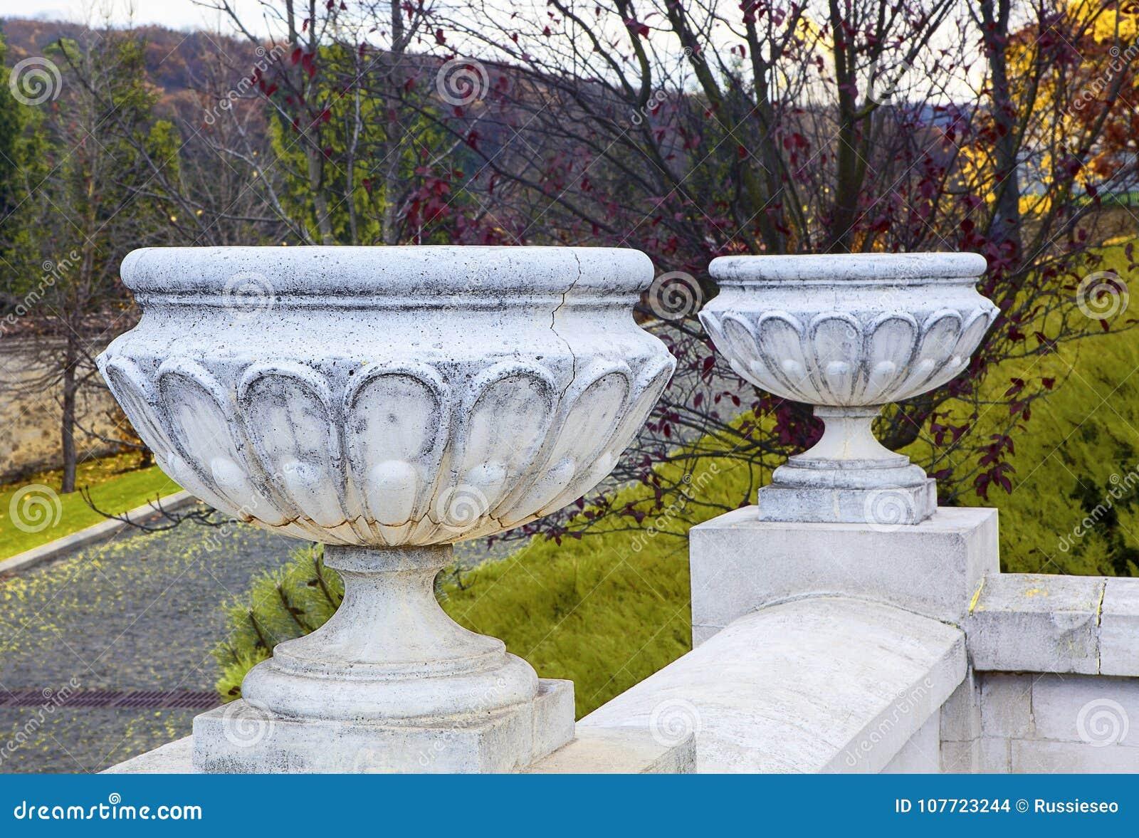 Vasi Bianchi Per Fiori Da Esterno.Grandi Vasi Da Fiori Bianchi Fotografia Stock Immagine Di