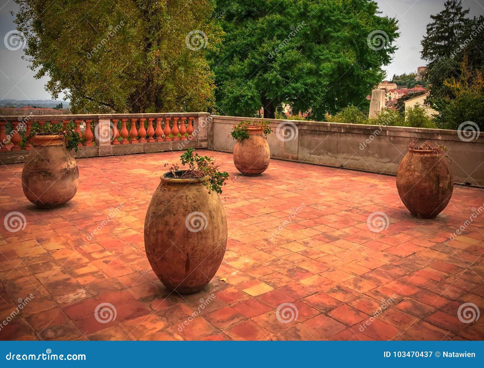 Vasi Da Giardino Grandi.Grandi Vasi Da Fiori Ceramici Sul Pavimento Ceramico