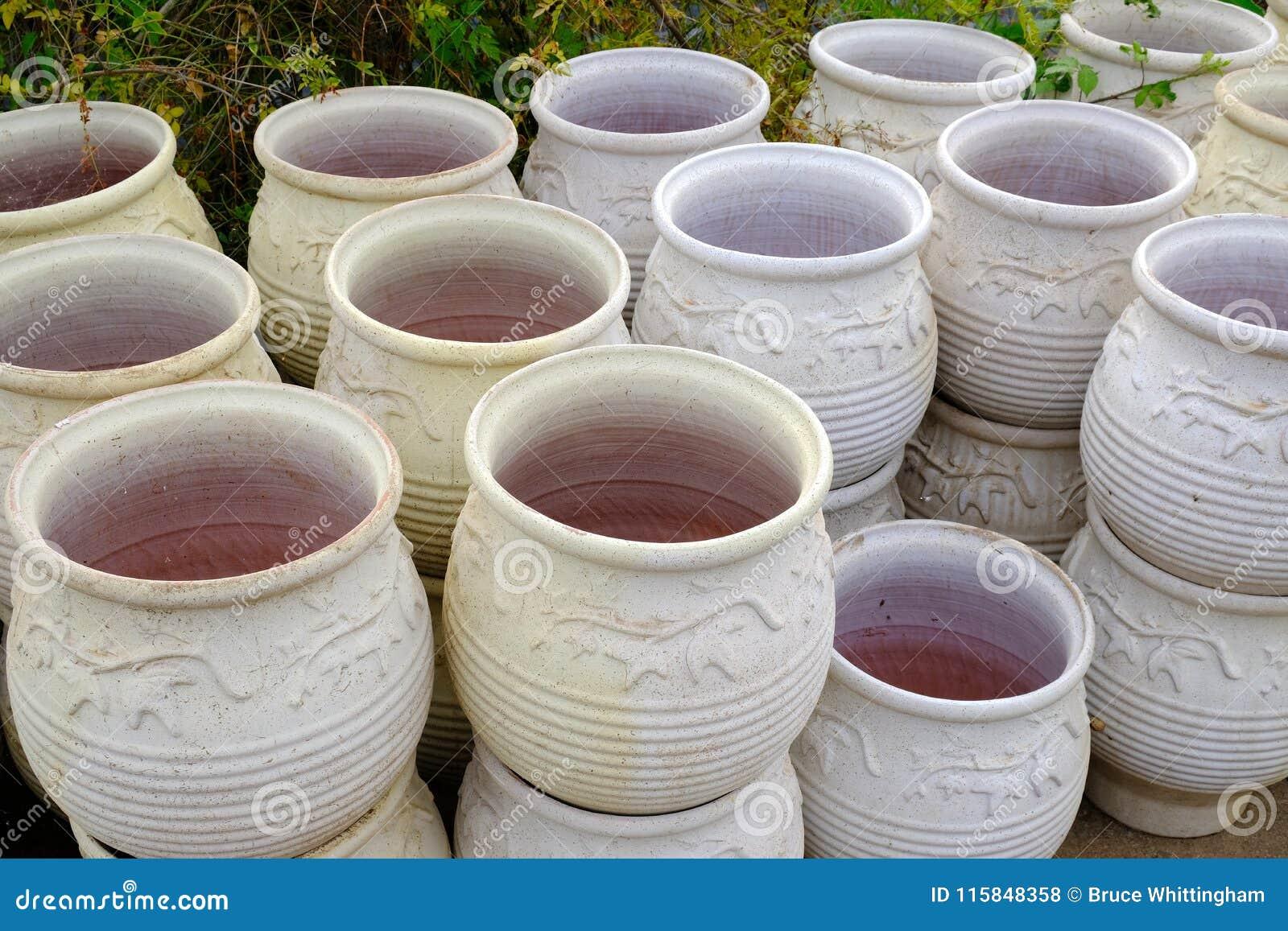 Vasi In Terracotta Per Giardino grandi vasi o urne del giardino di terracotta fotografia