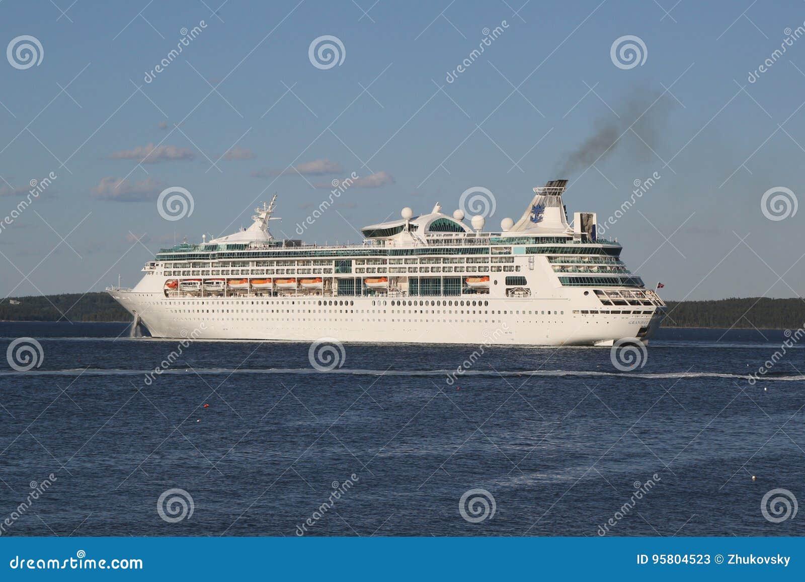 Grandiosità caraibica reale della nave da crociera dei mari nel porto di Antivari, Maine