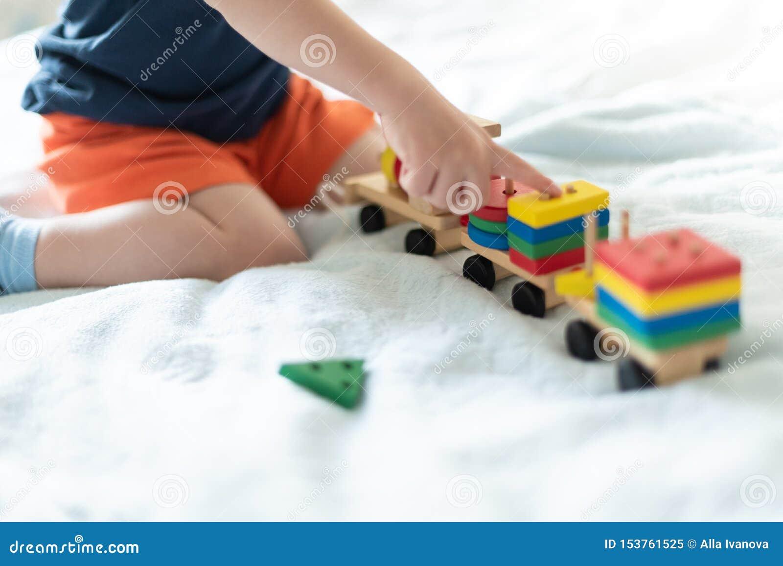 Grandir et concept de loisirs d enfants Un enfant jouant avec un train en bois color? L enfant construit le constructeur sans vis