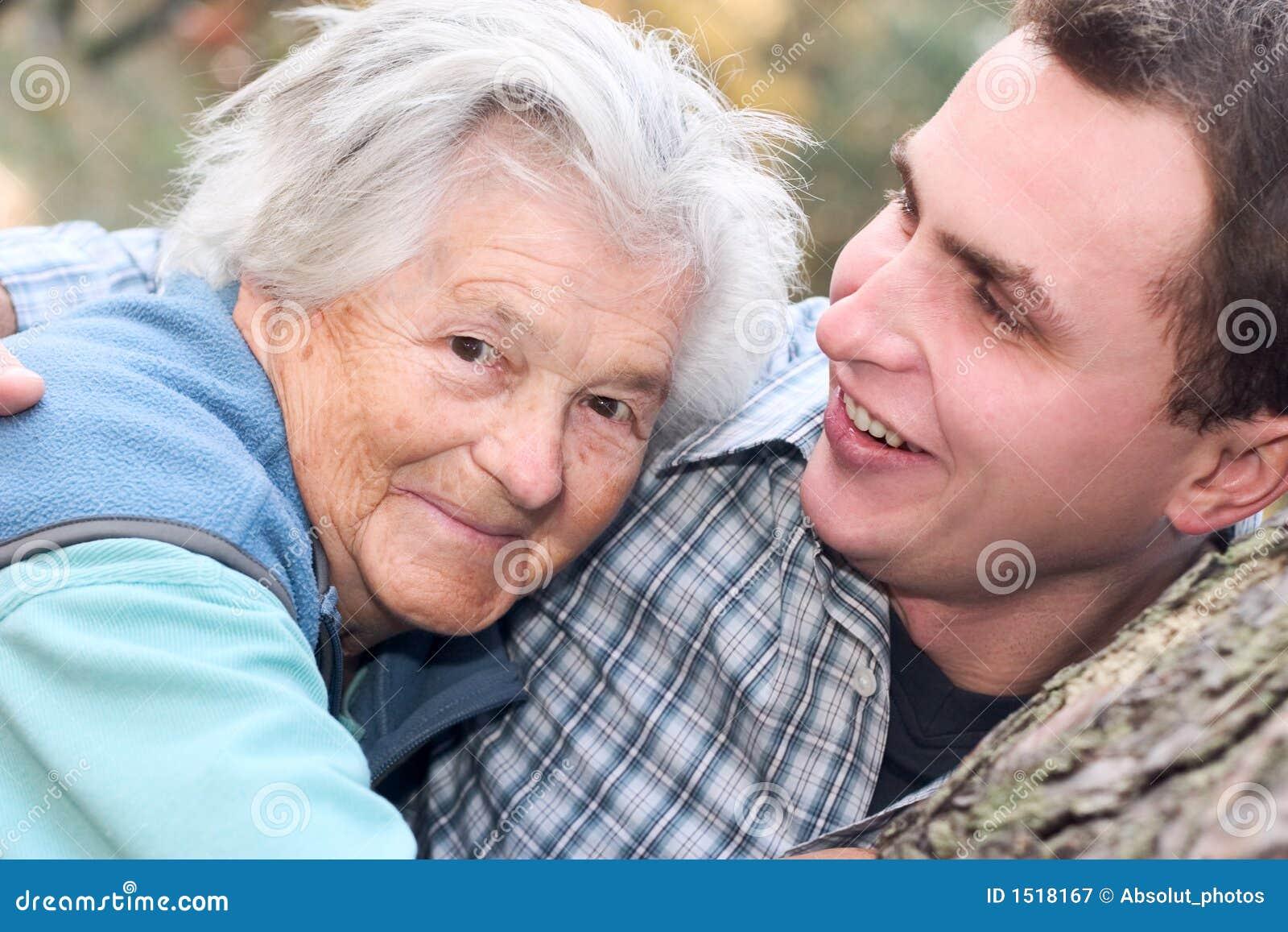 трахает подругу бабушки как внук