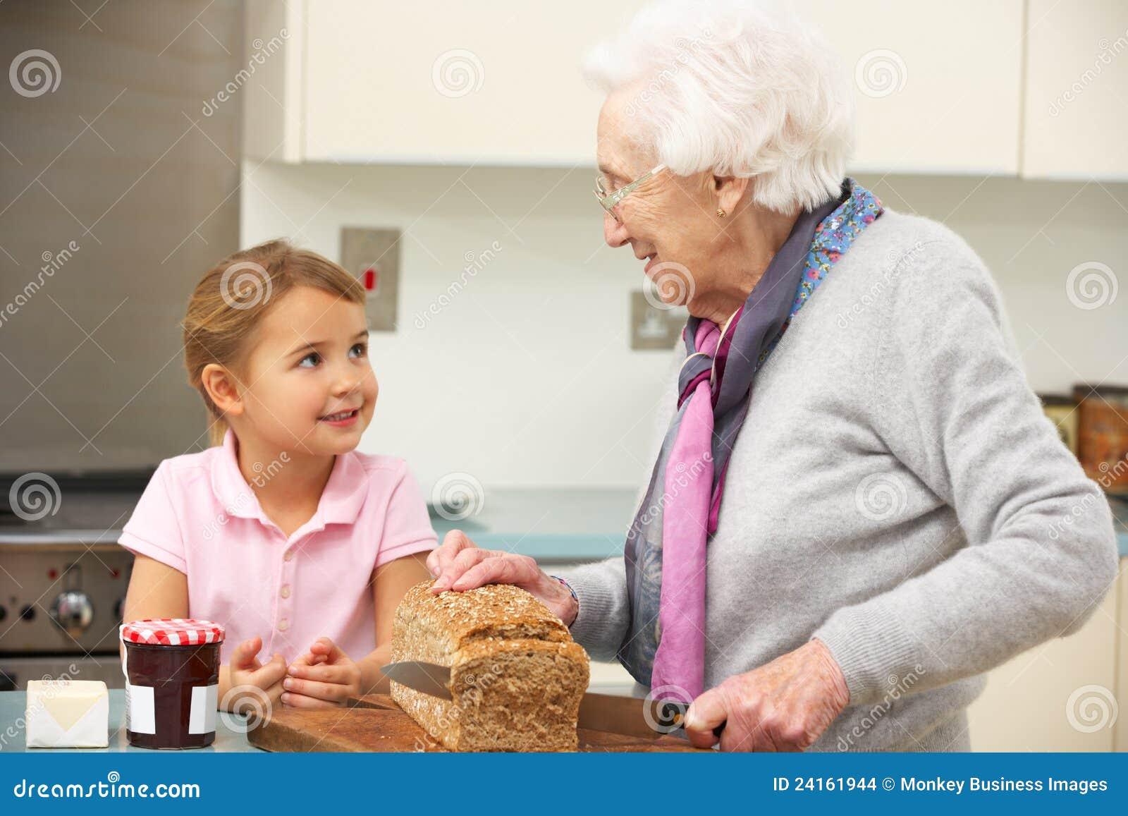 С бабушкой на кухне 22 фотография