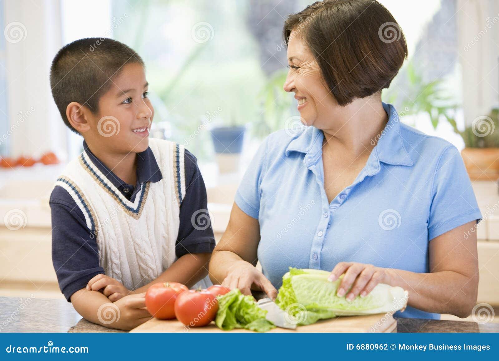Старуха и внук на кухне 6 фотография
