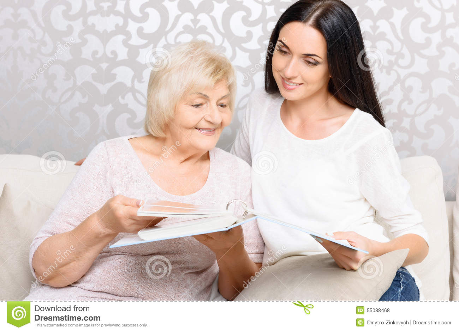 бабушка лизбиянка и внучку учит