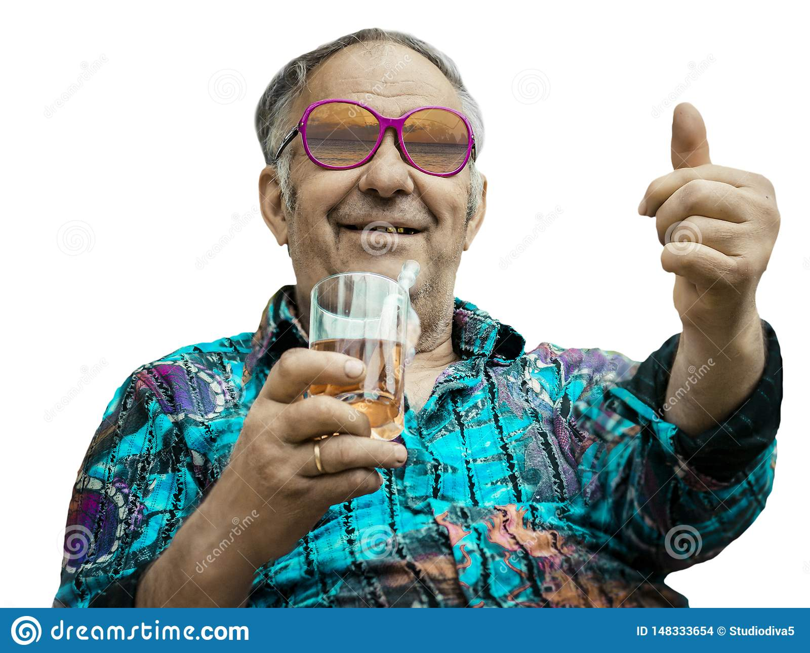 Grandpa показывает большой палец руки вверх на белой предпосылке