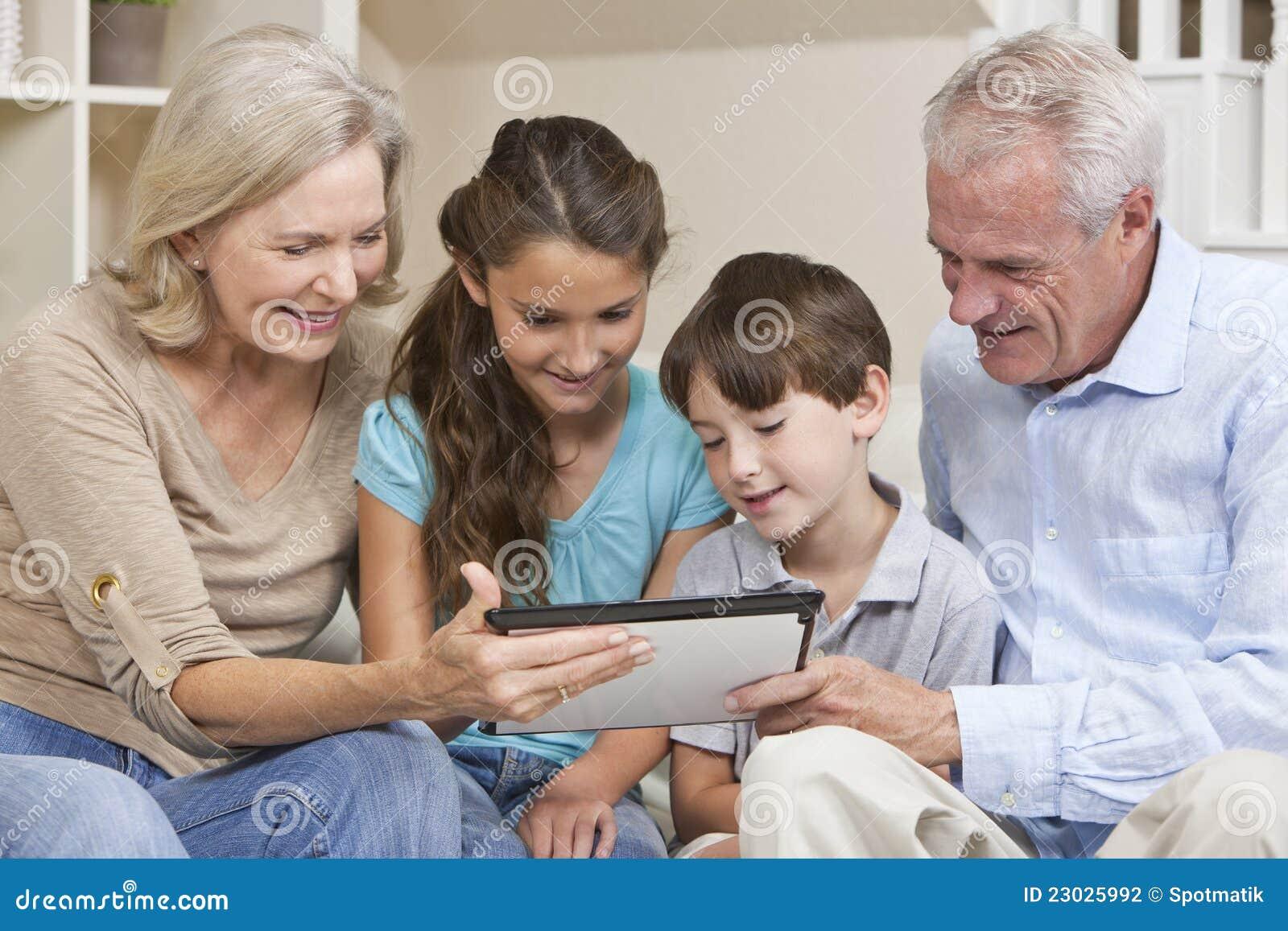 Grandparents & computador da tabuleta dos netos