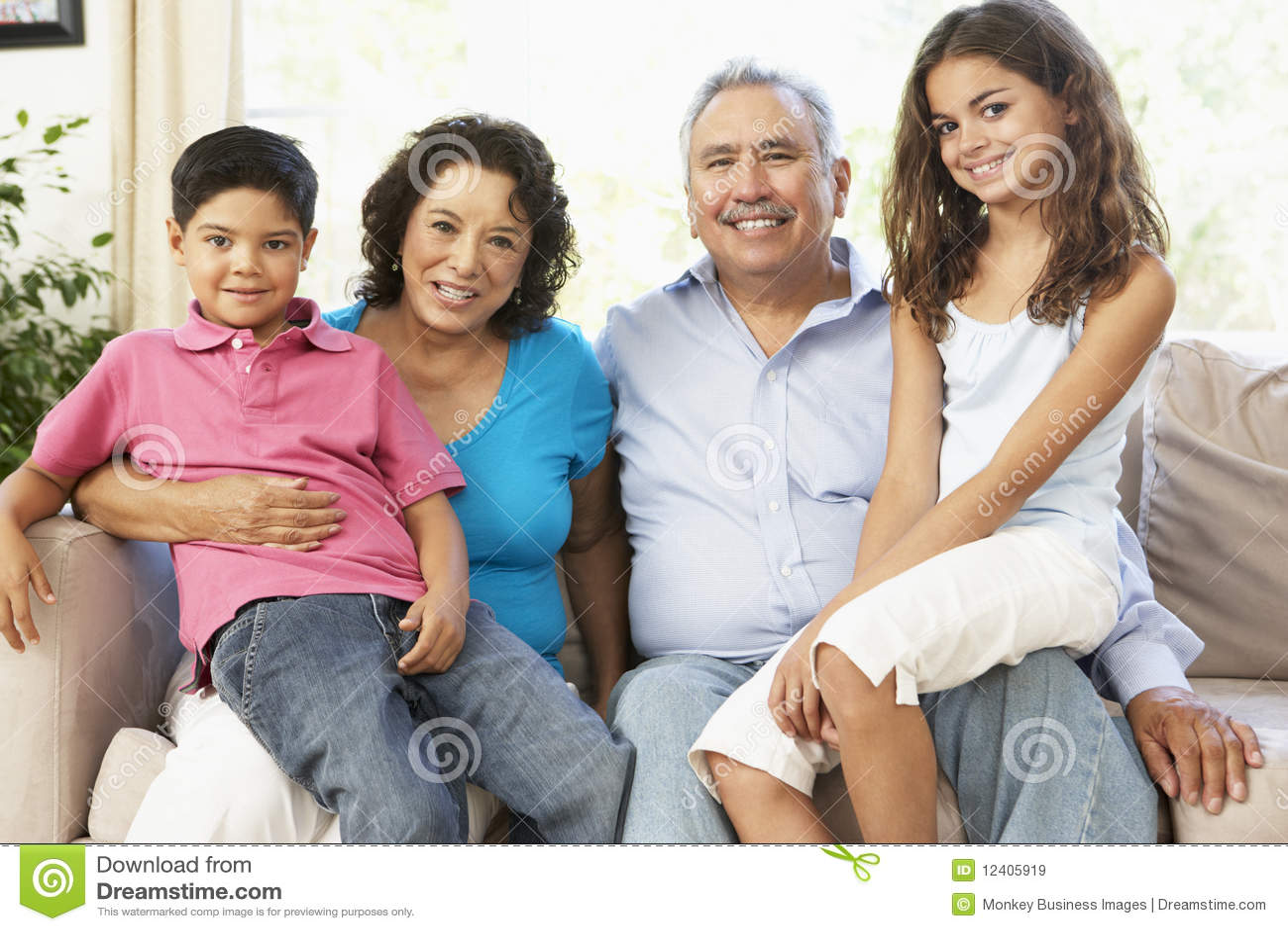 Grandparents com os netos que relaxam em casa T