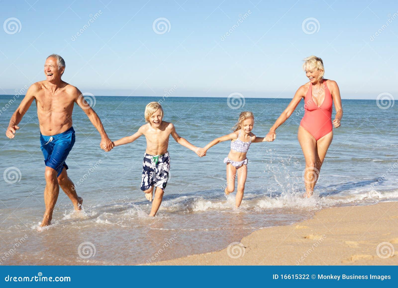 Фото бабушки на пляже 17 фотография