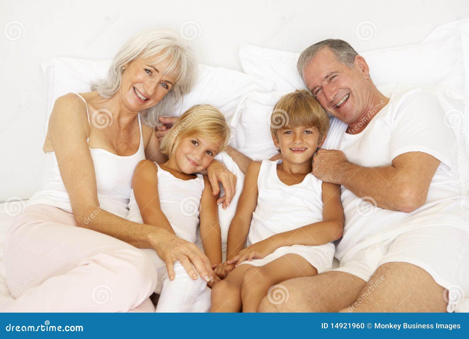Старая бабушка и внуки в одной постели 3 фотография