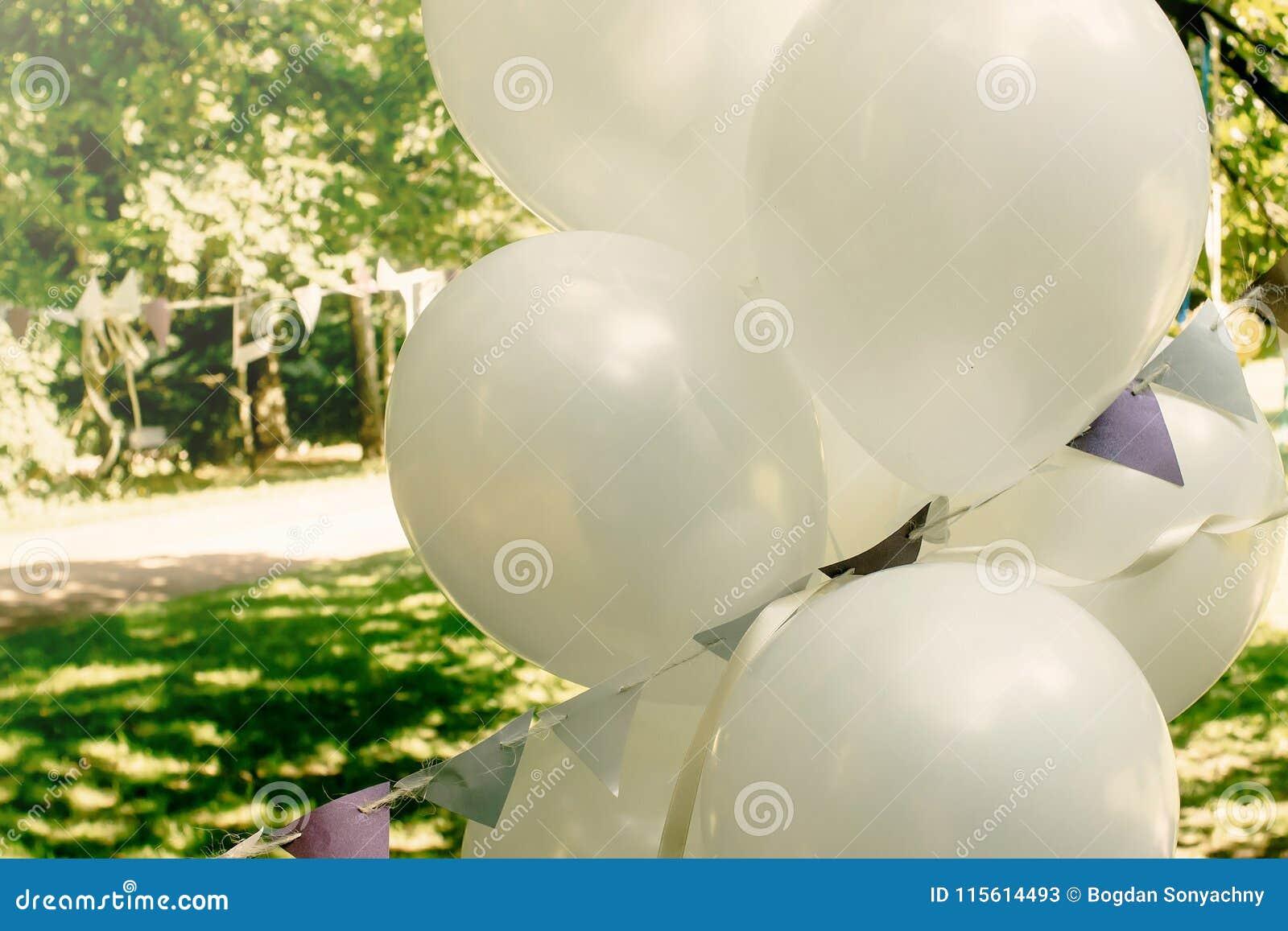 Grands ballons blancs avec la guirlande dehors, orner et l arrangeme
