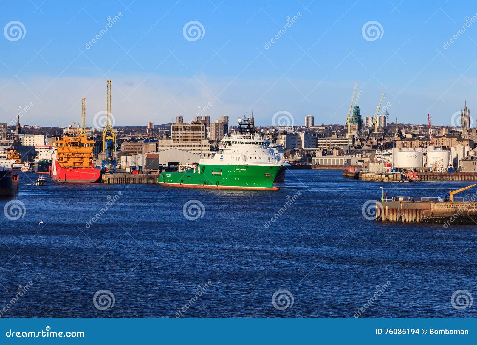 Grands bateaux d approvisionnement dans le port d Aberdeen le 30 janvier 2016