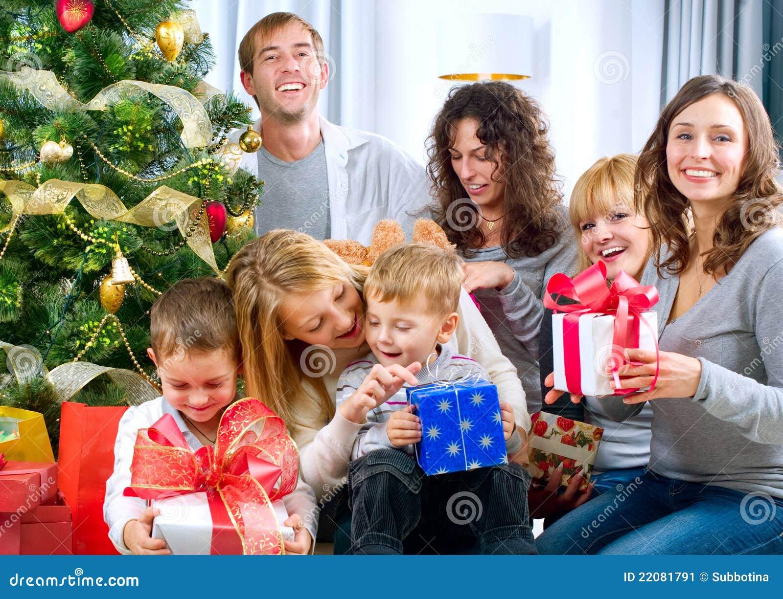 Grands cadeaux de Noël heureux de fixation de famille au hom