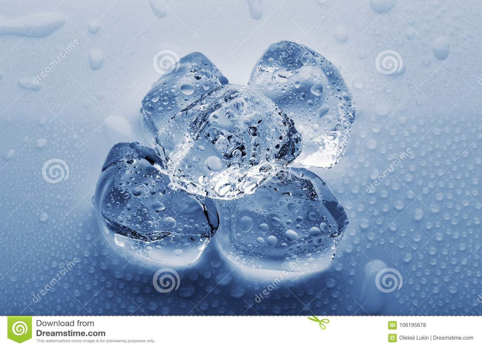 Grands glaçons congelés dans les gouttelettes de l eau