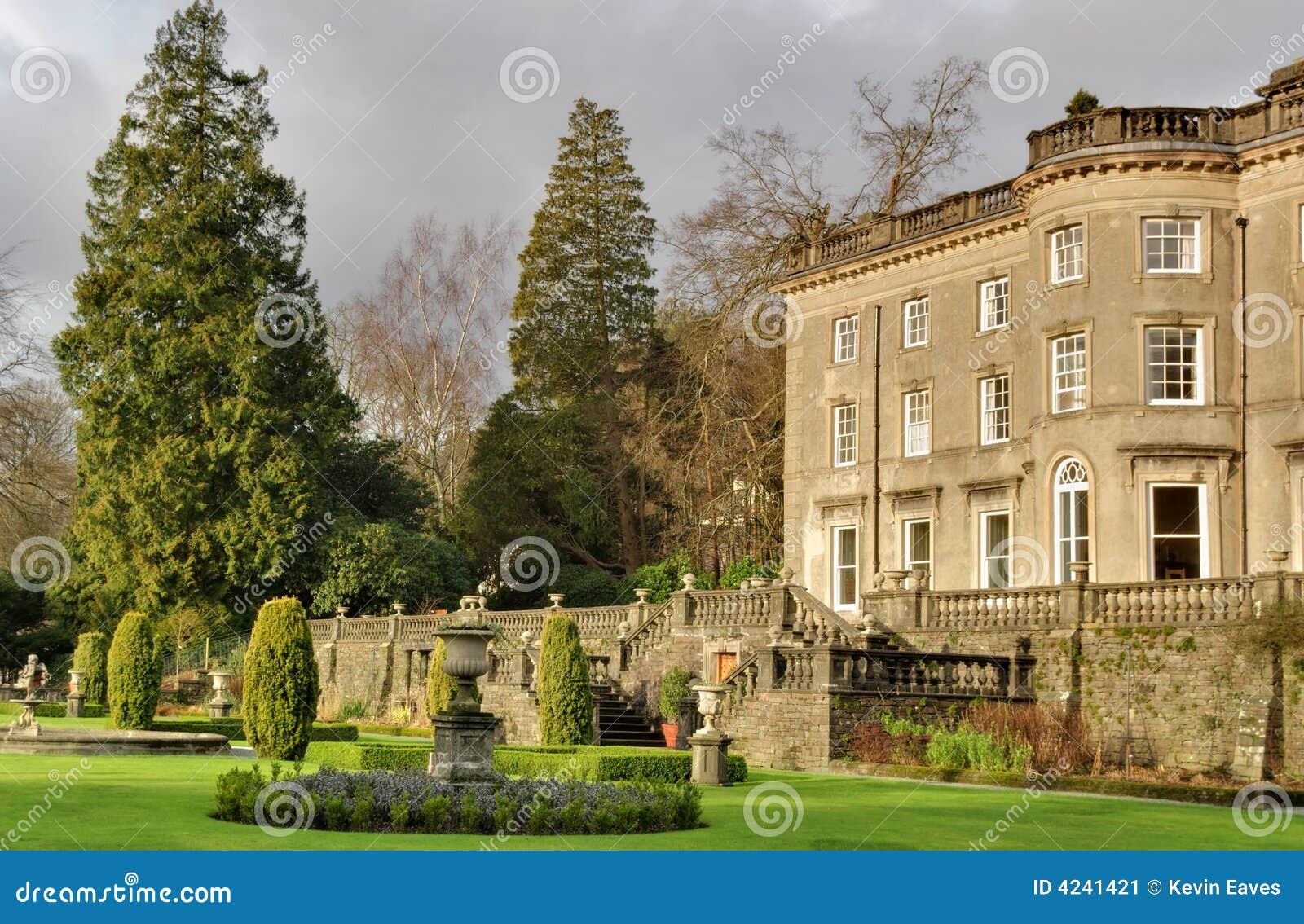 grands maison de campagne et jardin anglais image stock image du herbe hall 4241421. Black Bedroom Furniture Sets. Home Design Ideas