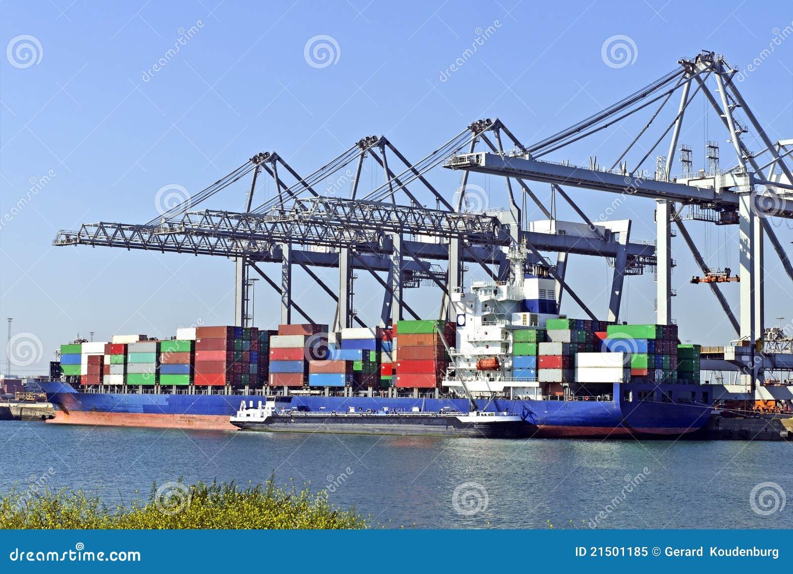 Grands navires porte conteneurs avec des grues image stock for Porte conteneur
