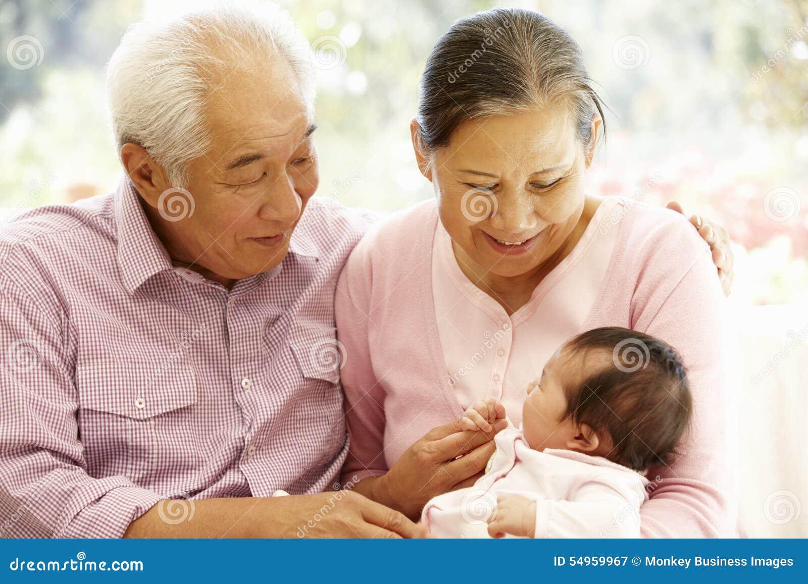 Grands-parents asiatiques avec le bébé