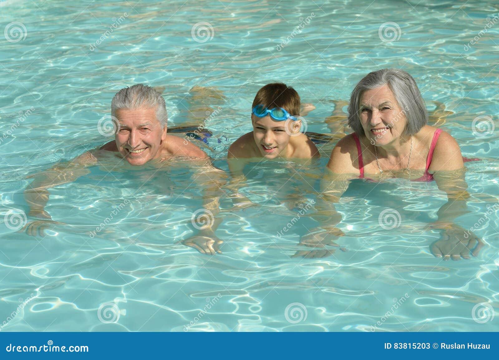 Grands parents avec le petit fils dans la piscine image for Apprendre a plonger dans la piscine