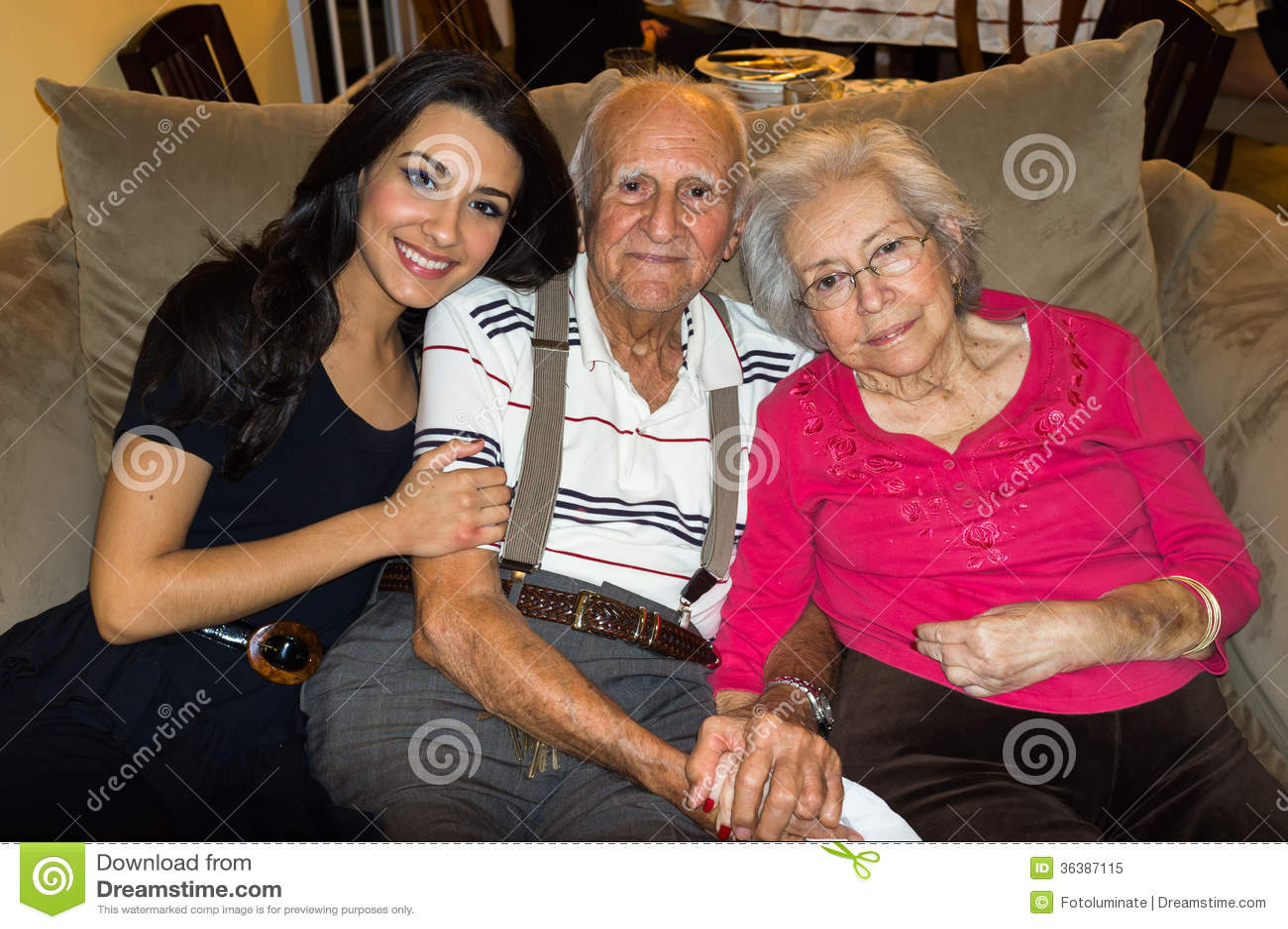 Grands-parents et petite-fille