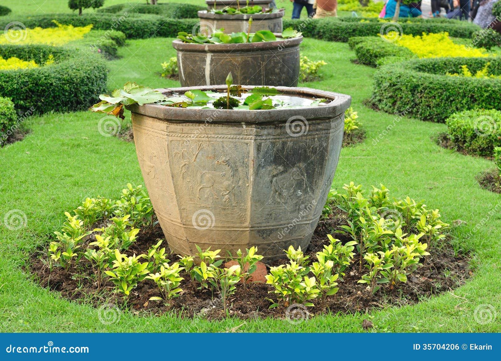 Grands pots chinois d 39 usine dans le jardin public image for Conception jardin chinois