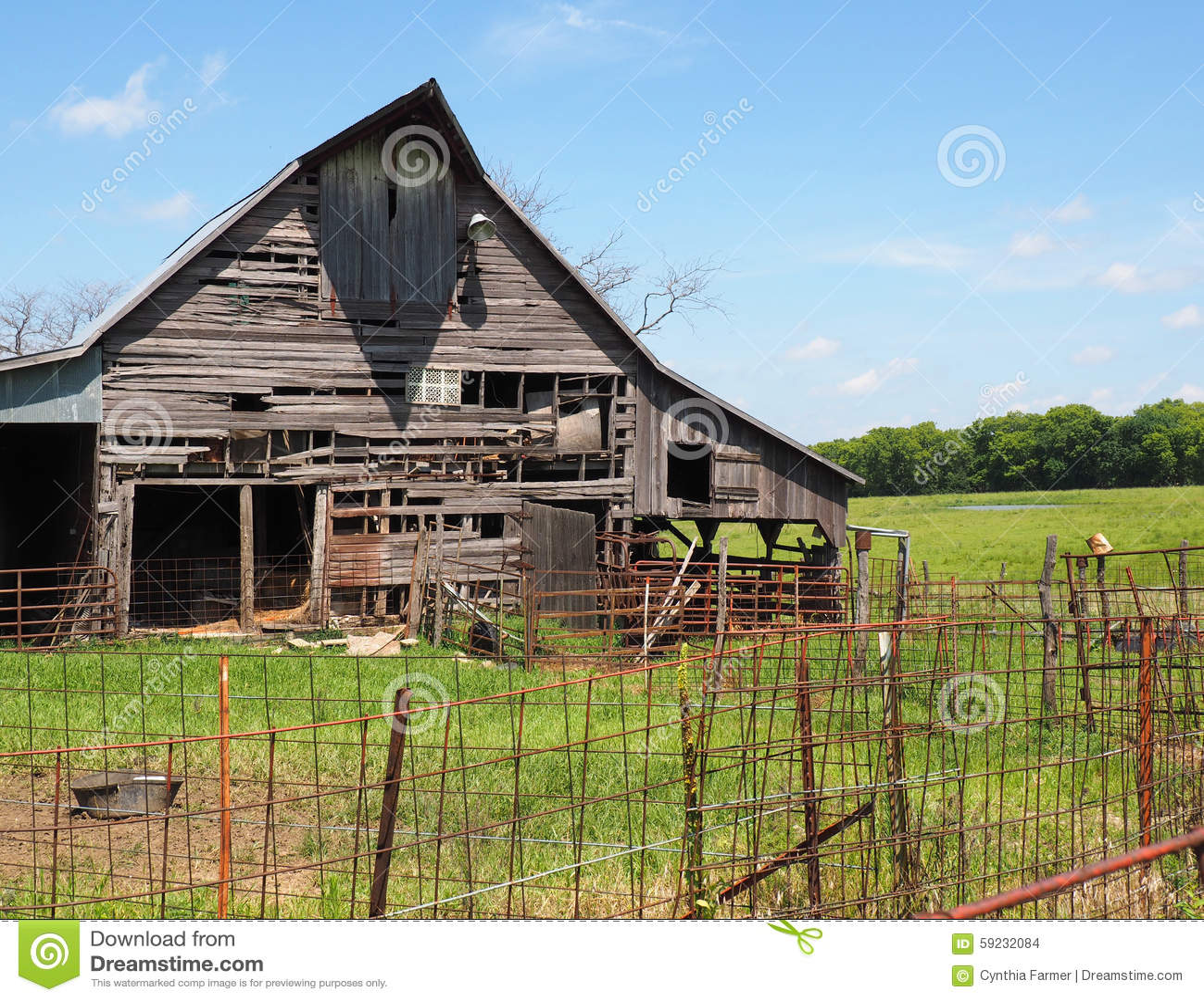 Download Granero De Madera Viejo Por Una Cerca Oxidada Foto de archivo - Imagen de granero, granja: 59232084
