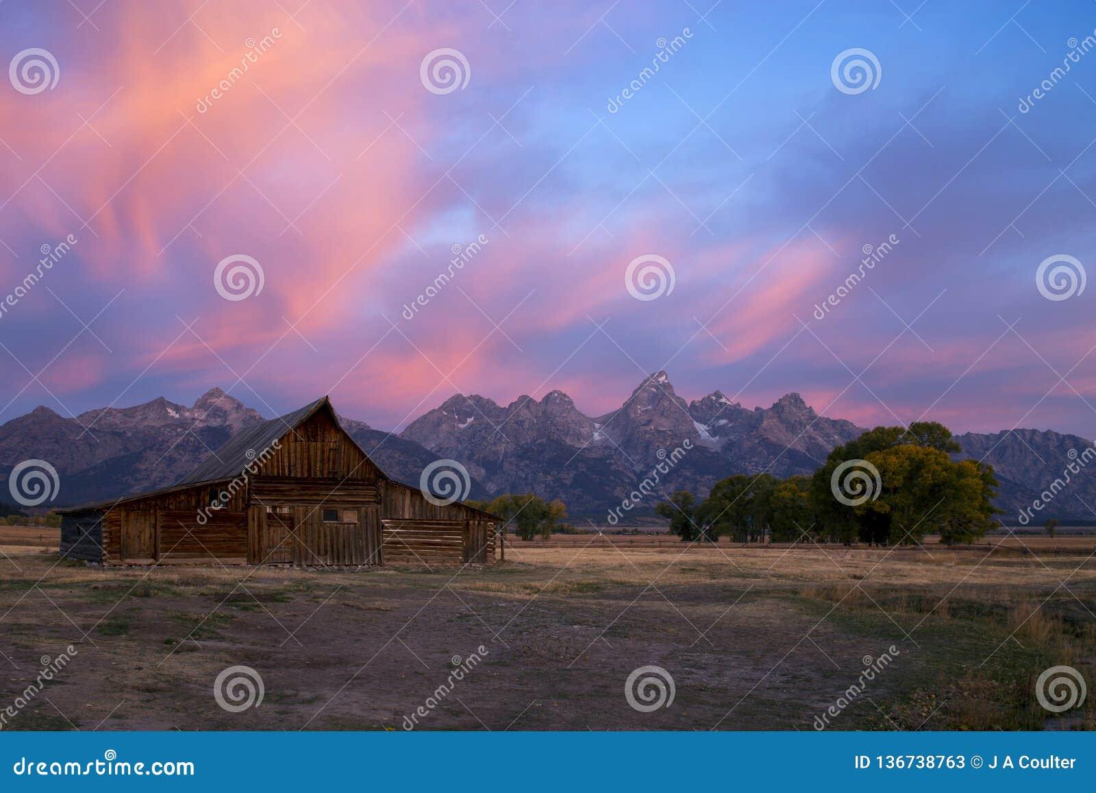 Granero en fila mormona, parque nacional magnífico de Teton, Wyoming de Moulton de la salida del sol